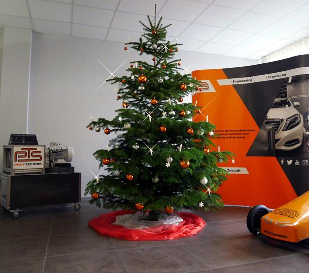 Unser Weihnachtsbaum steht und ist dekoriert